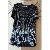 Áo kiểu đen họa tiết màu trắng tay ngắn AKRONG02-239