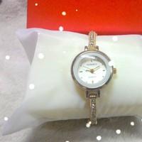 Đồng hồ lắc tay thời trang