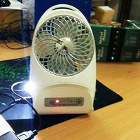 Quạt tích điện mini có đèn chiếu sáng