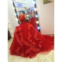áo cưới đỏ hở lưng đang co sãn đuoi dai chup hình ngoai cảnh
