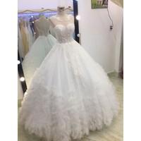 áo cưới cổ tròn trắng đuôi dài lưng vừa gài nút vừa cột dây