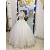 áo cưới tay ngang trắng ren hoa văn chân ren đuoi dai nữ met
