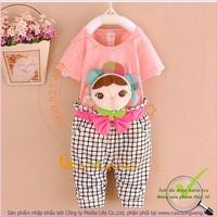 Bộ quần áo bé gái đính búp bê GLSET016-hongnhat