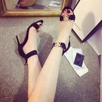 Giày cao gót quai ngang logo nổi cực xinh