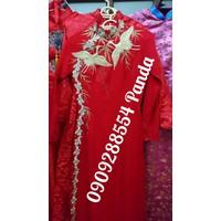 áo dài theu hac vang vai nền đỏ