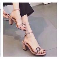 giày gót vuông quai ngang tag vuông