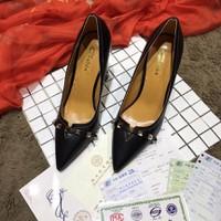 giày cao đế vuông đinh viền mõm