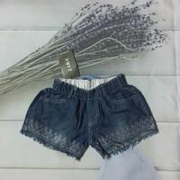 Quần short jean thêu họa tiết phía dưới đùi cho bé gái