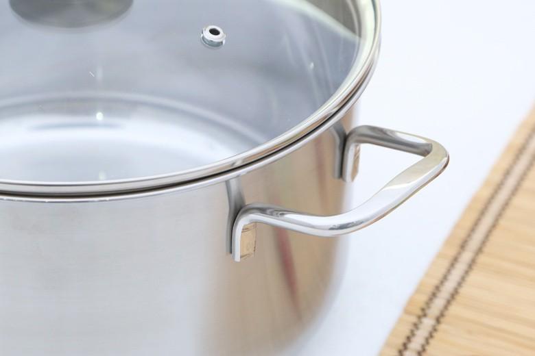 Tay cầm inox chắc chắn, không cách nhiệt nên người dùng cần dùng dụng cụ nhắc nồi để tránh bỏng.