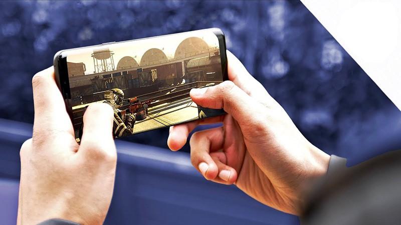 Chơi game trên điện thoại Galaxy S9+ Vang Đỏ