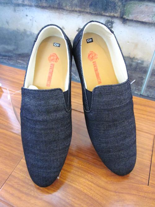 giay bata timeout 4901 vai xam dam 1m4G3 4901 vai jean xam dam 5  1 Làm sao để tìm mua giày cầu lông hợp lí?