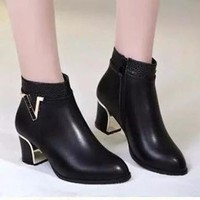 B025 - Giày Boot Nữ Cổ Thấp chữ V