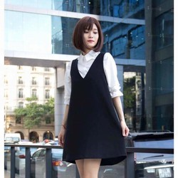 Đầm yếm V đen phối cùng áo sơ mi xinh lắm nhé khách ơi.