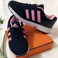 Giày Adidas.