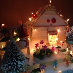 Ngôi nhà Noel lớn có đèn. Quà tặng giáng sinh