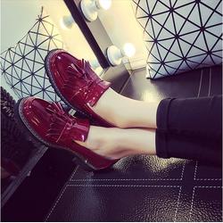 Giày nữ đế bằng màu đỏ nổi bật họa tiết tua rua dễ thương - SG0128