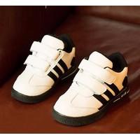 Giày trẻ em bata adidas quai dán