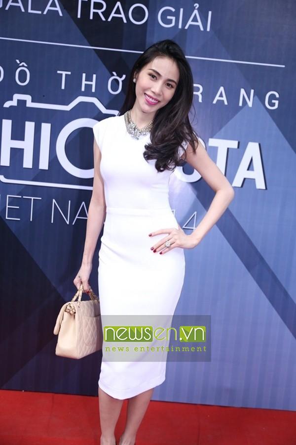 Đầm ôm body màu trắng tay con xinh như Thủy Tiên DOV1 1