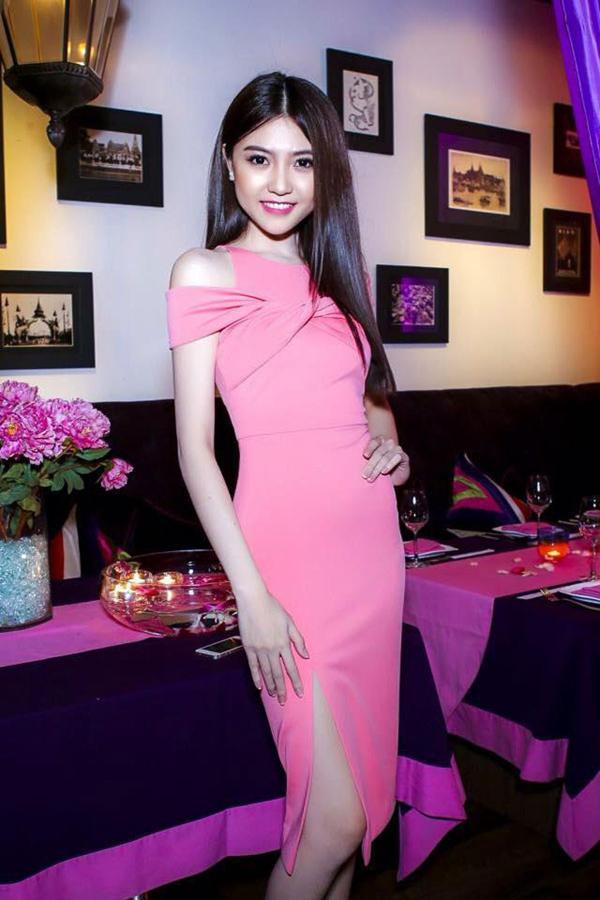 Đầm body hồng xoắn cổ chân váy xẻ đùi cực quyến rũ DV729 1
