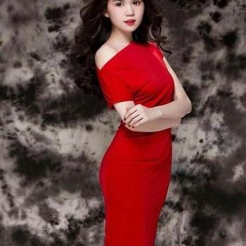 Đầm ôm body lệch vai đơn giản sành điệu như Ngọc Trinh DOV152