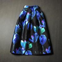 Chân váy đen họa tiết hoa xanh