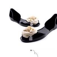 Giày hoa đi mưa kiểu dáng Chanel