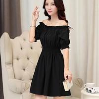Đầm đen xệ vai tạo cảm giác thoải mái quyến rủ