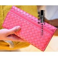 Thanh lịch và trẻ trung cùng chiếc ví cầm tay ô caro xinh xắn màu hồng