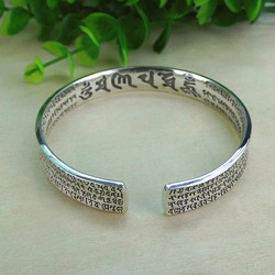 Vòng tay bạc khắc Om ma ni và Đại Bi chú chữ Phạn