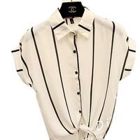 cùng tạo phong cách bụi với áo somi trắng sọc đen nổi bật