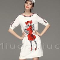 Đầm trắng suông có hinh cô gái rất xì tin