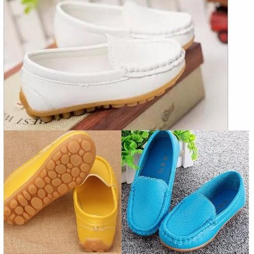 Giày trẻ em mọi trơn màu vàng