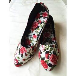 Giày búp bê bông đỏ nền trắng