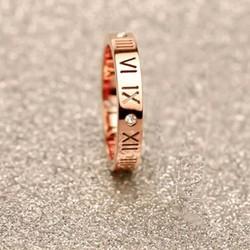 Nhẫn bảng số La Mã Vàng hồng đính đá trong xung quanh Titan