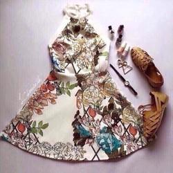 Đầm xòe kiểu yếm họa tiết