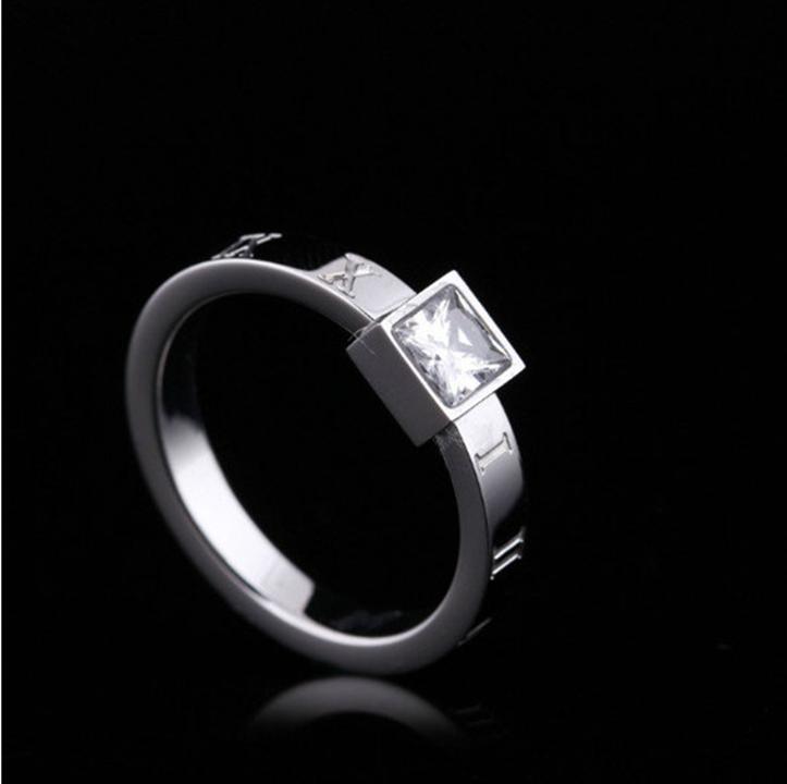 Nhẫn chữ số la mã đính kim cương titan ko đen TITAN 952 1