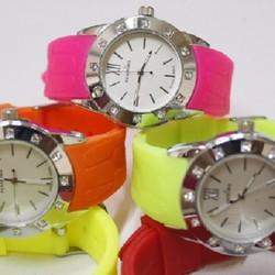 Đồng hồ chất liệu dây nhựa mặt tròn hiệu Pandora dành cho nữ