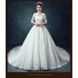 Váy cưới xòe đuôi dài, chân ren cao sang trọng