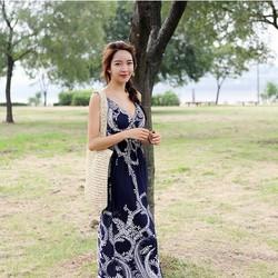 Đầm nữ không tay thời trang, thiết kế dáng dài, kiểu dáng hiện đại.
