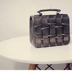 Túi xách tay nữ thời trang, thiết kế sành điệu, kiểu dáng hiện đại.