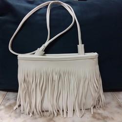 Túi đeo chéo nữ, kiểu dáng tua rua cá tính, sành điệu.