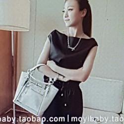 Bộ quần áo nữ thiết kế trẻ trung, thoải mái.