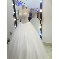 áo cưới cúp lấp lánh tùng lót ren ẩn