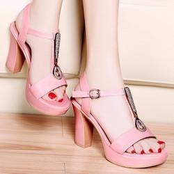 Giày cao gót đính đá màu hồng.