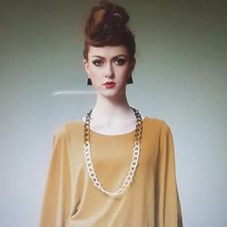 Đầm nữ phối màu dáng rộng, phong cách cá tính.