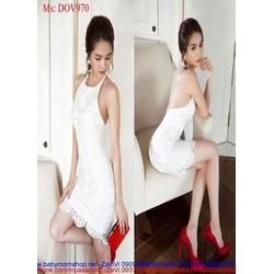 Đầm body cổ yếm phối ren màu trắng trẻ trung như Ngọc trinh