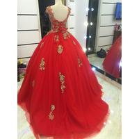 áo cưới đỏ ren đồng đuôi tùng to
