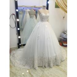 áo cưới cúp tùng công chúa chân ren xoe to