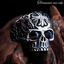 Nhẫn đầu lâu khắc thánh giá cẩn đá siêu đẹp