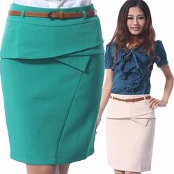 Váy ngắn có đường chéo giữa tôn lên dáng đẹp phom chuẩn